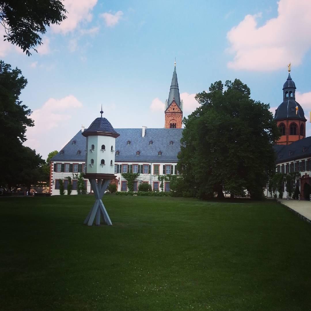 Der Klostergarten in Seligenstadt, die Prälatur und die Basilika im Hintergrund