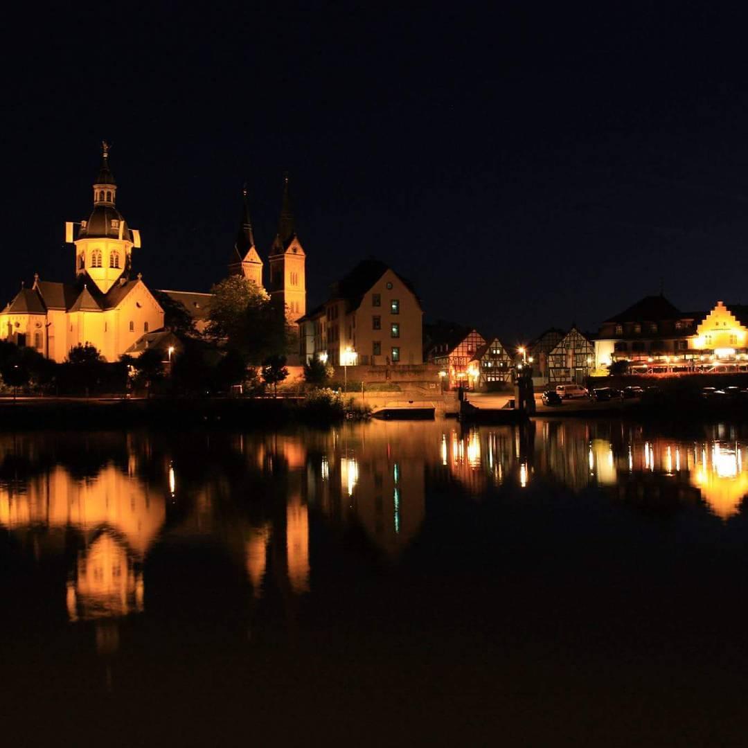 Blick vom anderen Mainufer auf Seligenstadt