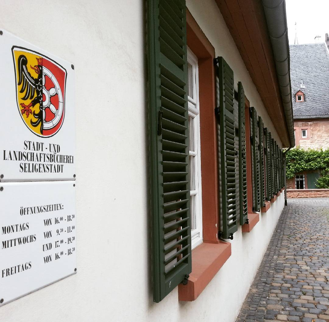 Die Stadt- und Landschaftsbücherei im Klostergarten bietet eine gute und kostengünstige Möglichkeit für Bücherwürmer, sich neuen Lesestoff zu besorgen #öffnungszeiten