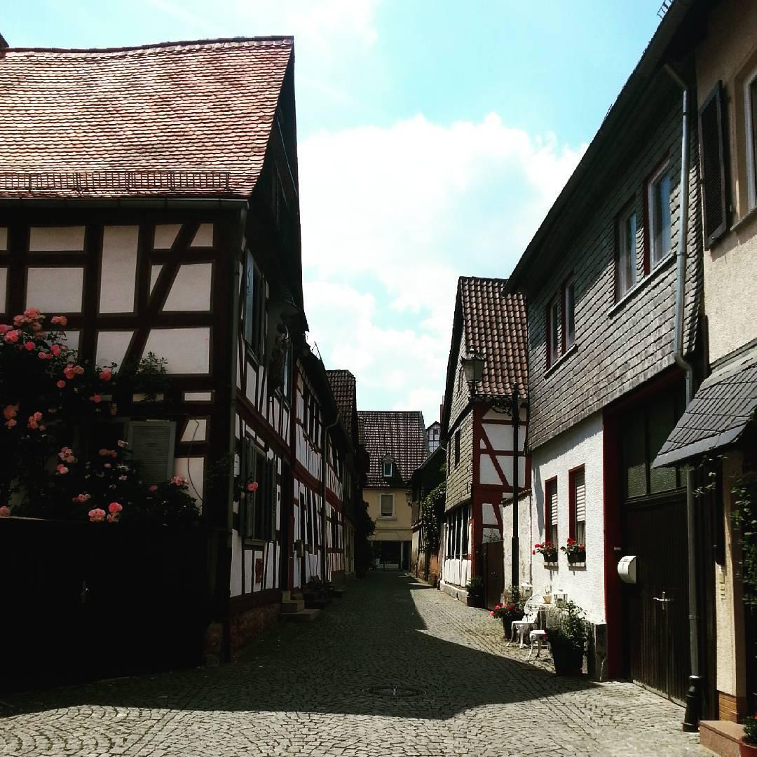 Eine kleine Straße in Seligenstadt