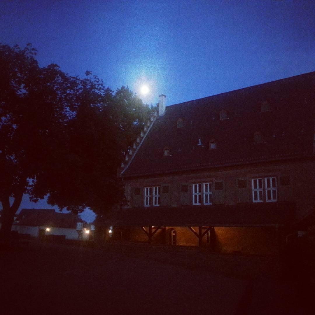Die Mühle im Klostergarten bei Nacht, darüber der Mond