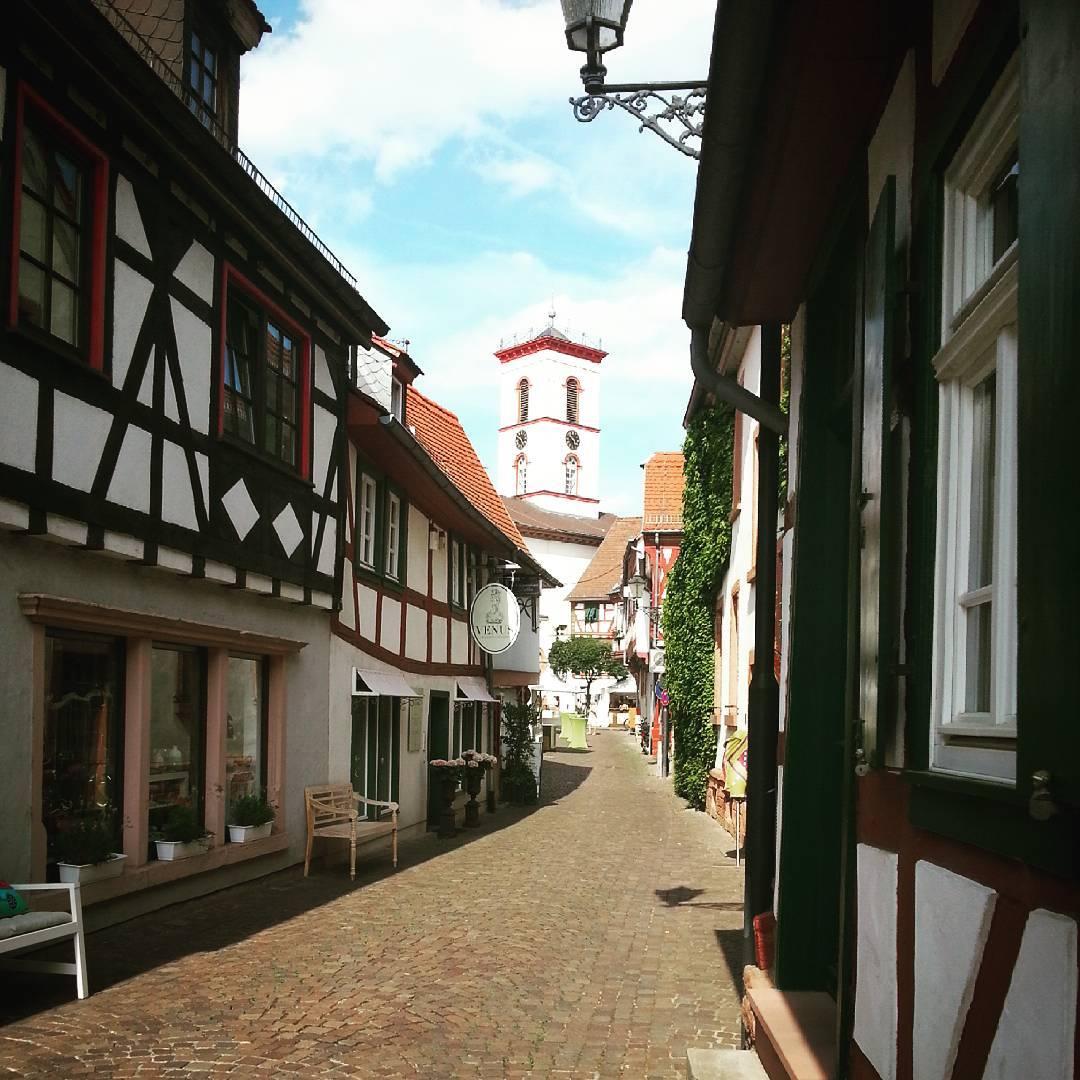 Die Wolfstraße mit Aussicht auf das Rathaus