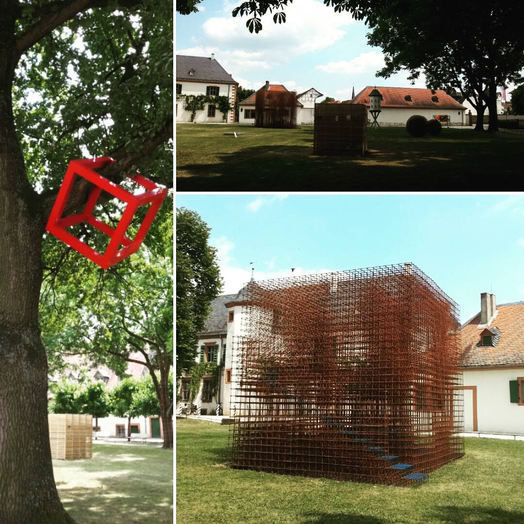 """Aktuell befindet sich im Klostergarten die Skulpturenausstellung """"Quadratur"""" des Kunstforums Seligenstadt. Noch bis zum 3. Oktober kann man dort unter anderem diese Skulpturen betrachten"""
