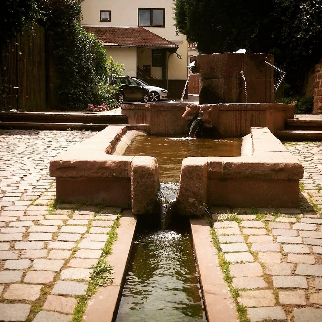 Der rote Brunnen in der Altstadt  Wir hoffen, ihr genießt das sommerliche Wochenende