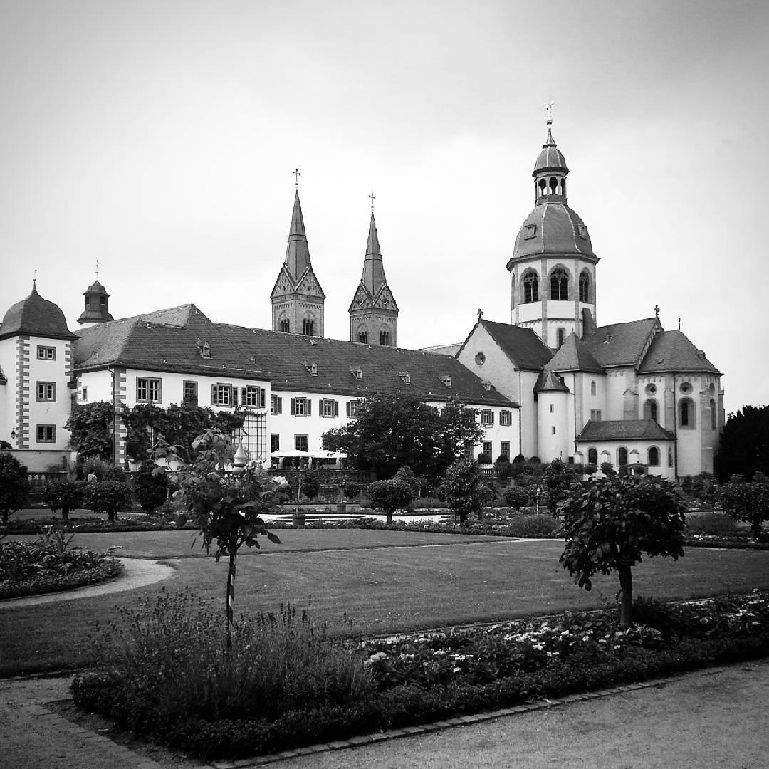 Die Basilika aus dem Konventgarten fotografiert. Mit schwarz/weiß Filter fällt es auch gar nicht auf, wie viele Wolken an diesem Tag am Himmel waren