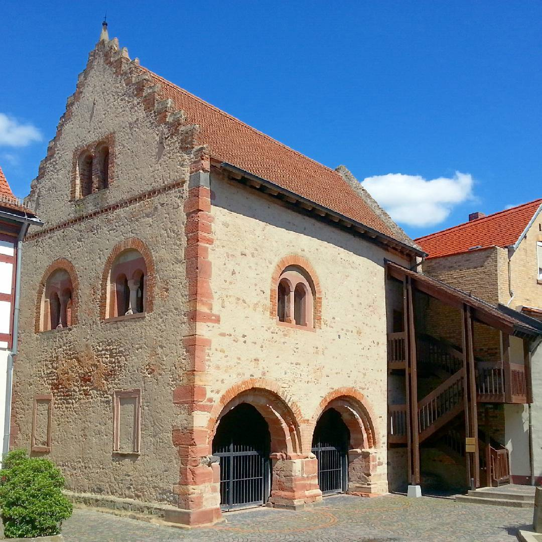 Das Romanische Steinhaus befindet sich direkt hinter dem Rathaus, dieses Foto wurde aus dem Rathausinnenhof aufgenommen.  Das Haus wurde bereits 1187 errichtet und im Folgejahr tagte dort der Hoftag Barbarossas. Wieder einmal ein Stück Geschichte mitten im Herzen unserer schönen Stadt