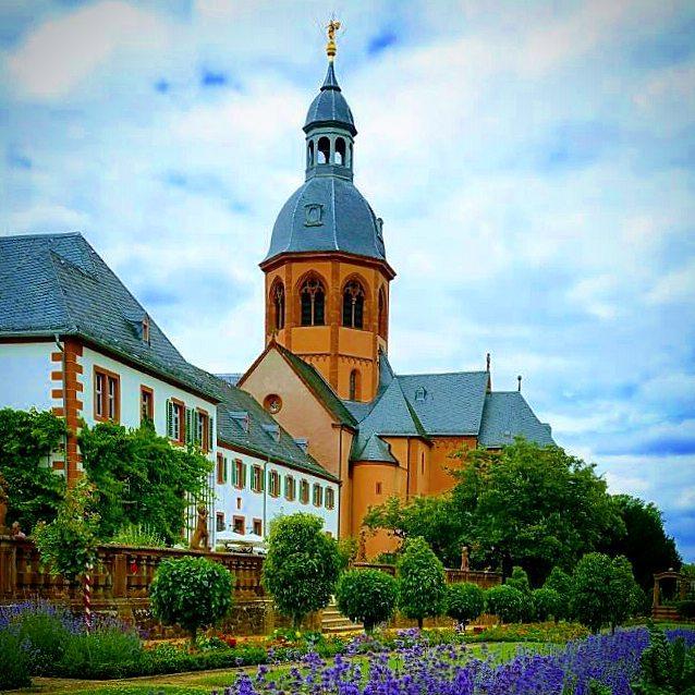 Die Basilika und der Konventgarten  Einer der schönsten Orte in Seligenstadt ist der Konventgarten. Als Kind habe ich jedes mal, wenn ich dort war, eine Münze in den Brunnen geworfen und mir Dinge gewünscht. Heute kann ich berichten: Fliegen kann ich immernoch nicht, allerdings ist meine Familie gesund und glücklich. Man kann eben nicht alles haben