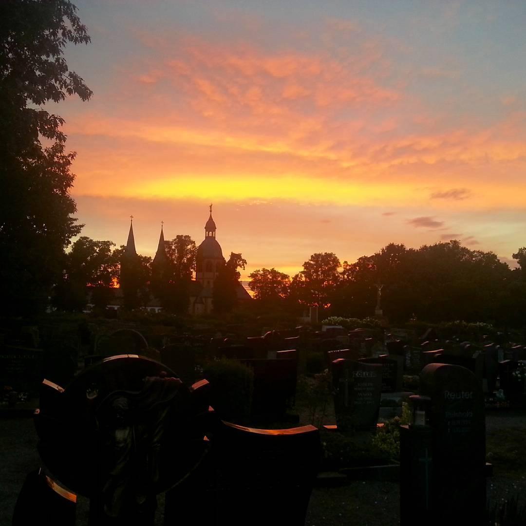Einen wunderschönen Abend wünsche ich euch mit diesem beeindruckenden Sonnenuntergang über dem Friedhof Seligenstadt