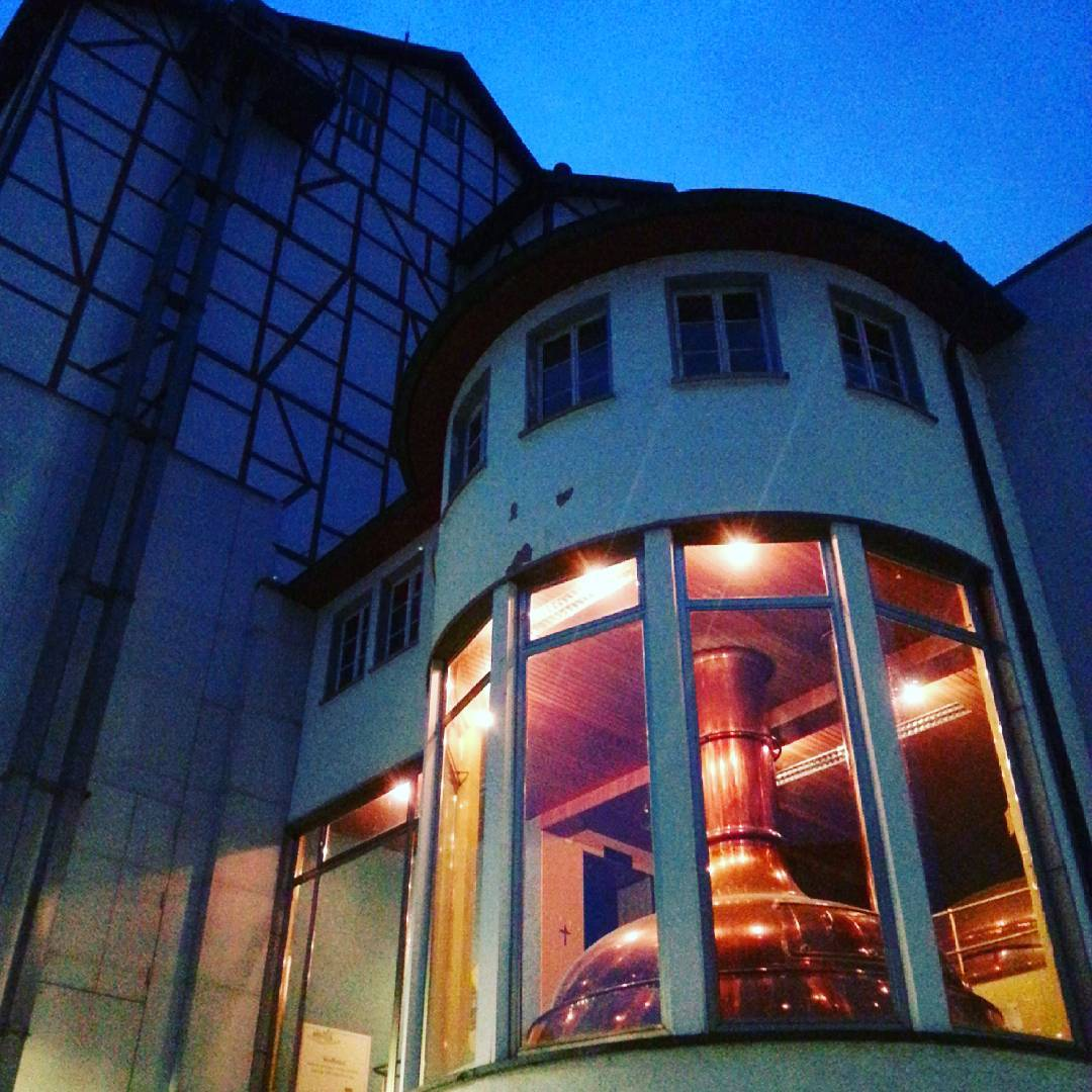 Wunderschöne Abendstimmung am alten Sudhaus der Glaabsbräu  Besonders schön ist hier der alte Braukessel beleuchtet, dessen Kupferrot einen eindrucksvollen Kontrast zum abendlichen Blau herstellt