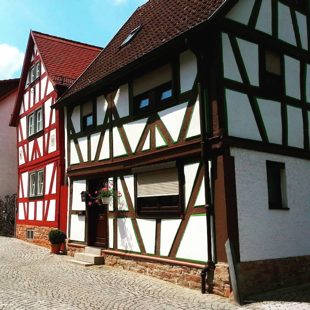 Die Fachwerkhäuser sind typisch für das Bild von Seligenstadt. Diese hier stehen quasi direkt am Mainufer, ein wunderschöner idyllischer Ort