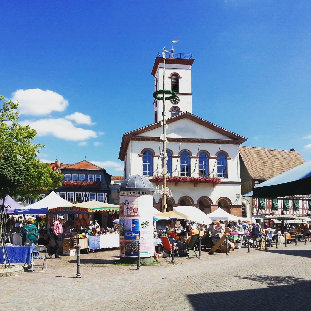 An so einem regnerischen Tag wie heute zeige ich euch lieber noch einmal den Marktplatz bei Sonnenschein. Neben dem beliebten Wochenmarkt mittwochs und samstags finden hier auch andere Märkte statt, wie beispielsweise hier der Flohmarkt, wo man auch ein paar kleine Schätze und Schmuckstücke finden kann
