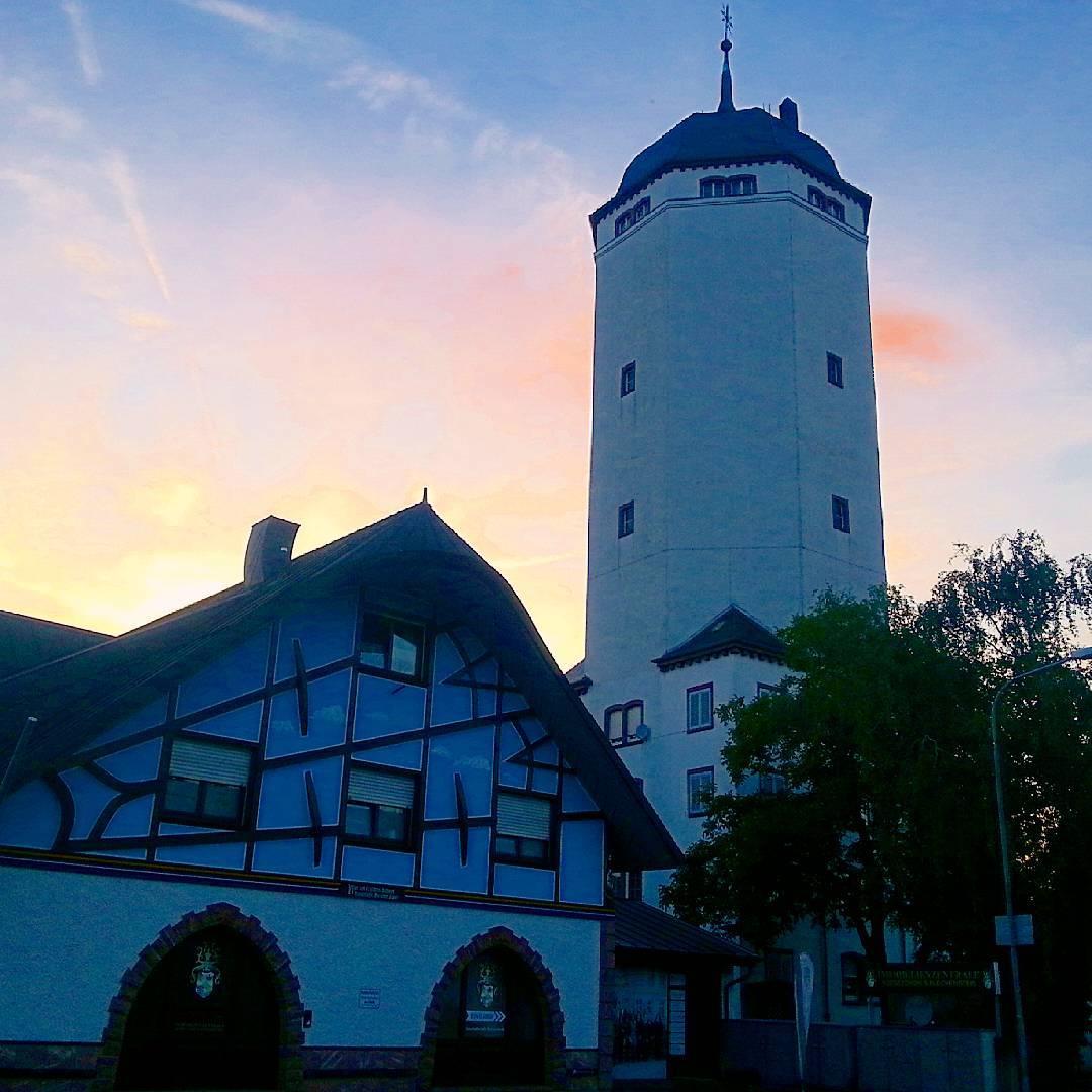 Kunstvolles Fachwerk und der Wasserturm bei Sonnenuntergang… Ich liebe das Zusammenspiel der Farben auf diesem Bild. Ich habe es gerade eben aufgenommen. Wie schön, dass der Himmel noch einmal aufgeklart ist nach diesen regnerischen letzten Tagen