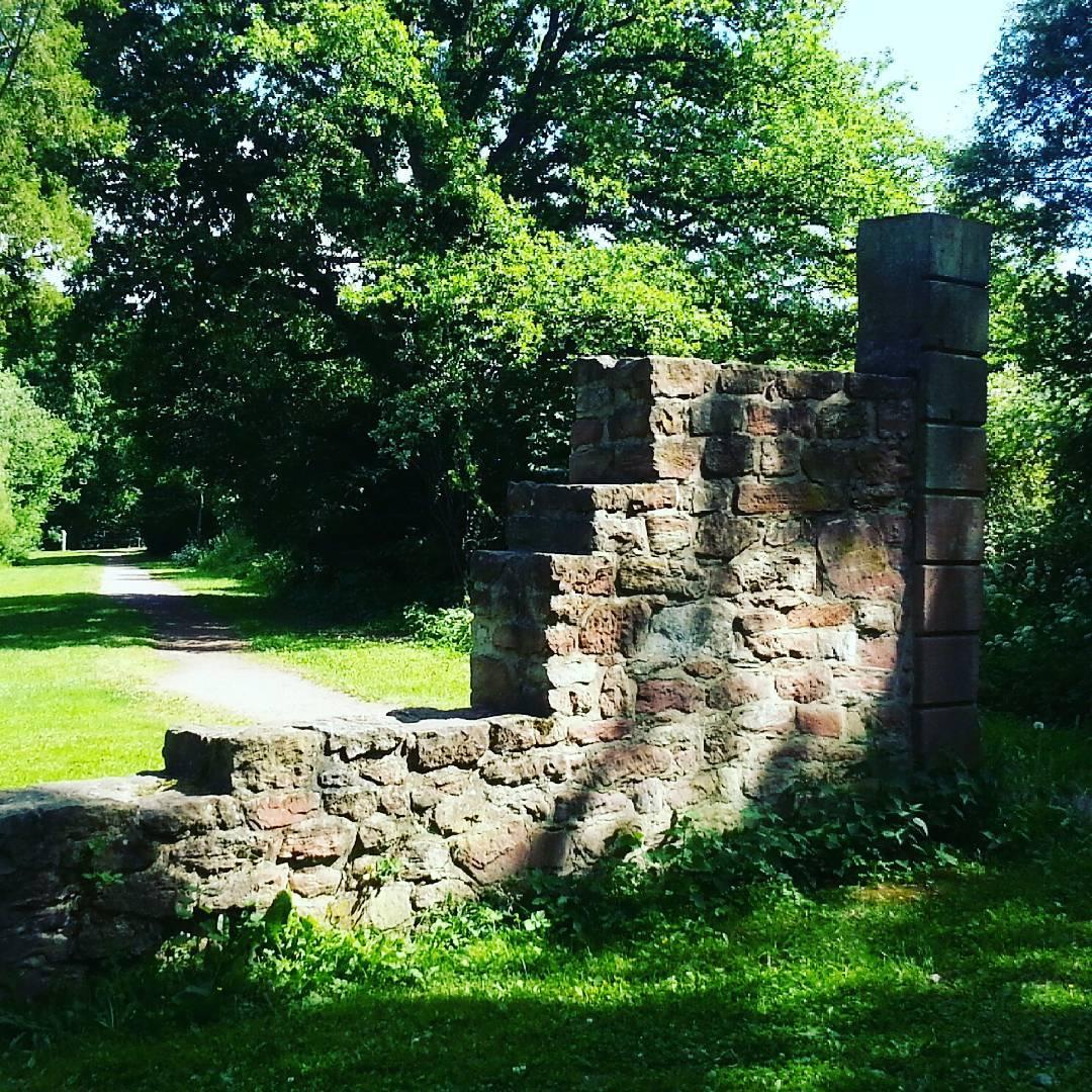 Diese Sandsteinmauer steht an der Wasserburg. Man kommt an ihr vorbei, wenn man die Runde um die Seen läuft. Ein schöner Weg zum Spazieren gehen