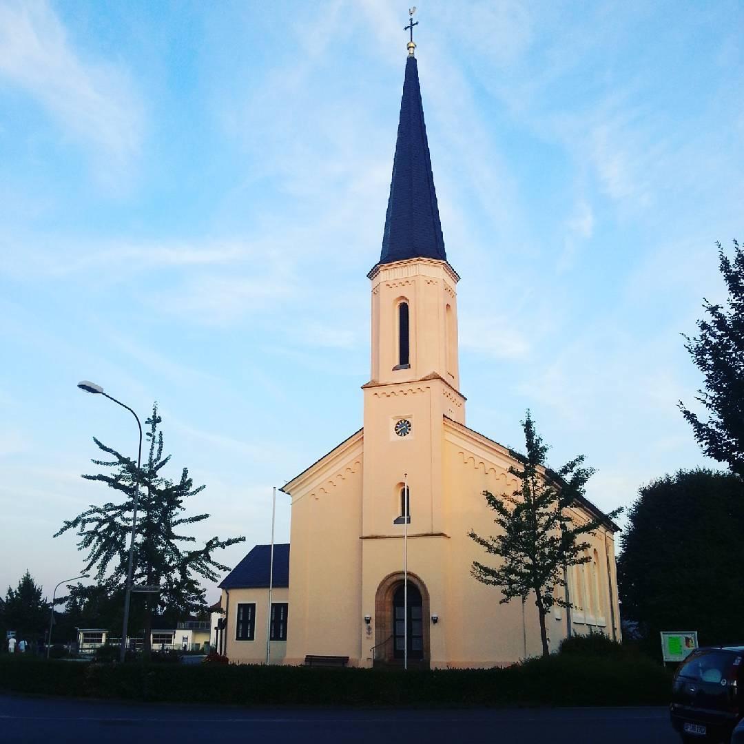 Die evangelische Kirche in Seligenstadt steht genau an dem Ort, an dem sich mit der Zellhäuser Straße und der Aschaffenburger Straße zwei der größten Straßen in Seligenstadt treffen. Nicht nur das gibt einen Hinweis darauf, dass wir uns hier am Beginn der Altstadt befinden