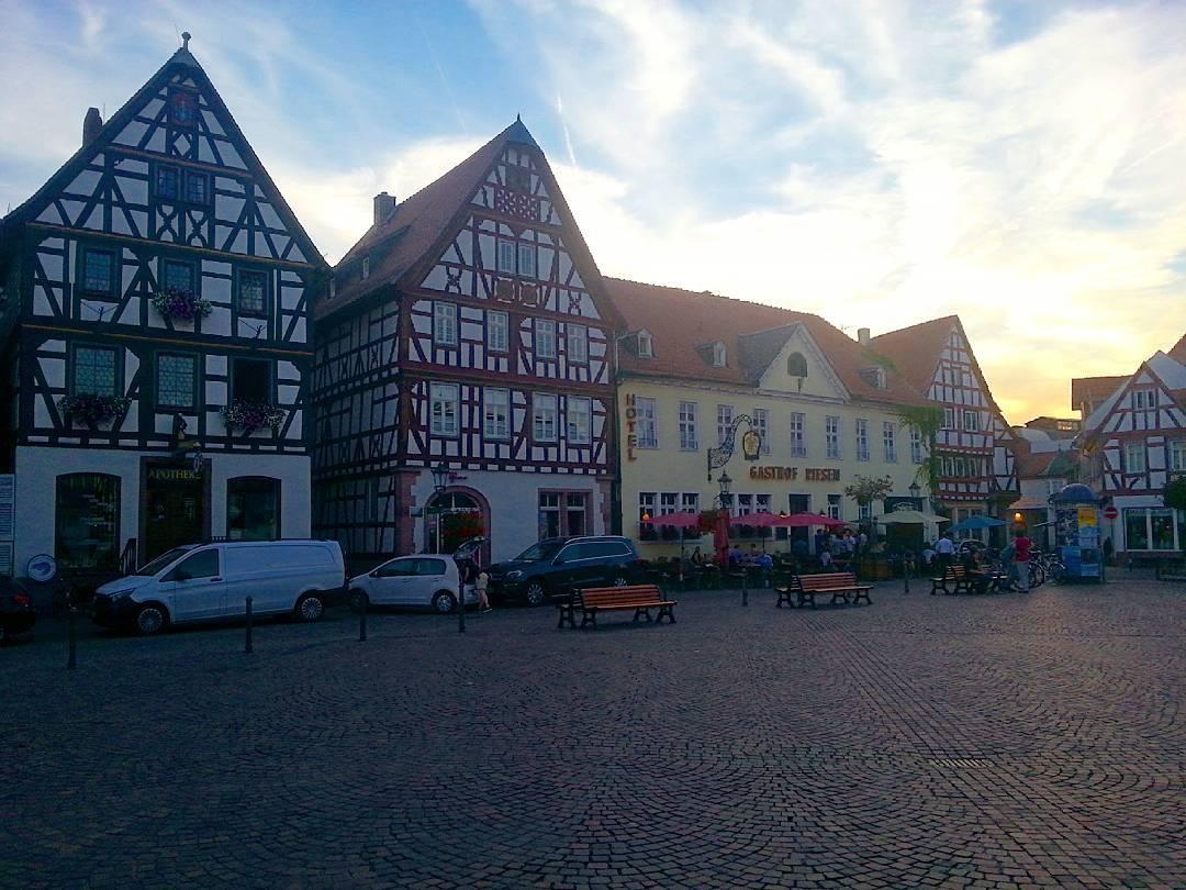 Der Marktplatz aus Sicht des Rathauses. Besonders das Fachwerk ist typisch für diesen Ort in Seligenstadt