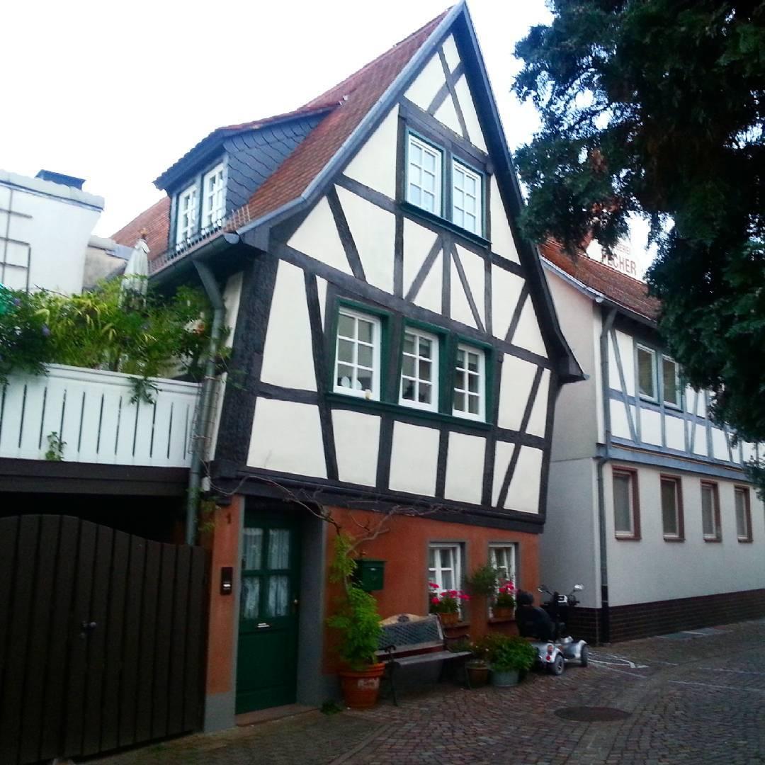 Uriges, schiefes und kleines Fachwerkhaus in der Seligenstädter Altstadt
