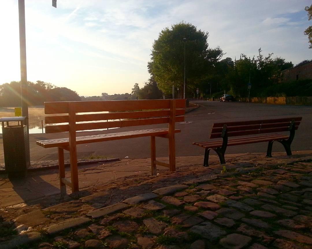 Heute Morgen am Mainufer, die Sonne bereitete sich schon für einen wunderbaren Spätsommertag vor. Dass die linke Bank höher ist, ist übrigens kein Zufall, es handelt sich hierbei um eine sogenannte Bambelbank der Schreinerei Kämmerer