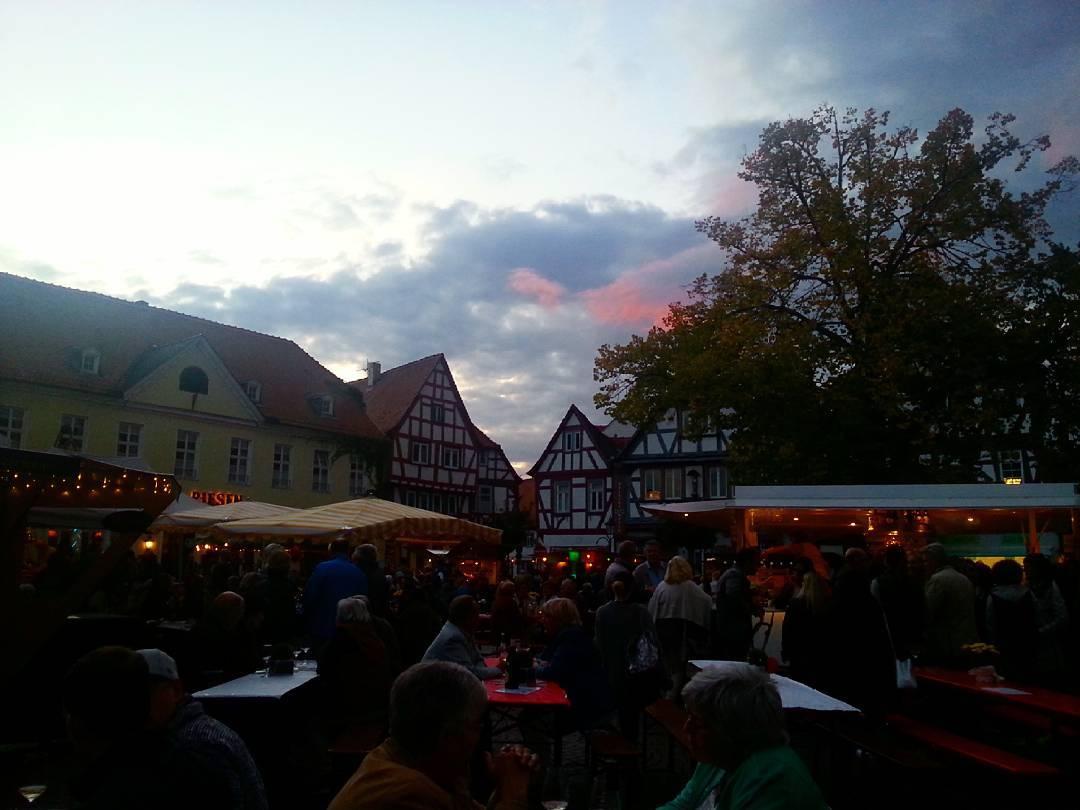 In der blauen Stunde auf dem Weinmarkt