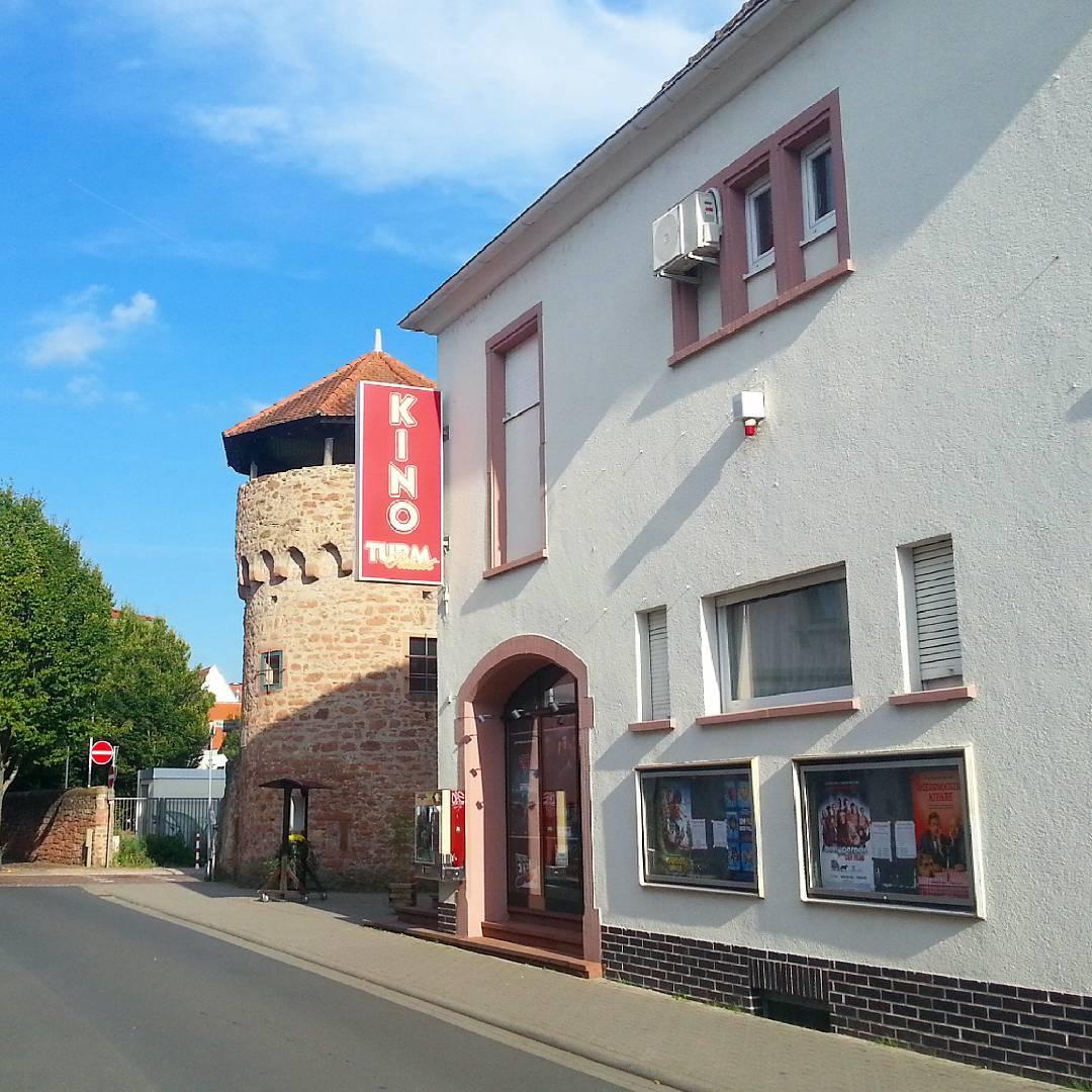 Der Turmpalast ist das Kino Seligenstadts. Unabhängig von den großen Kinobetreibern hat es neben den Filmen, die überall laufen, auch Programmkino und Events zu bieten. Ganz besonderes Kinoerlebnis mitten in Seligenstadt