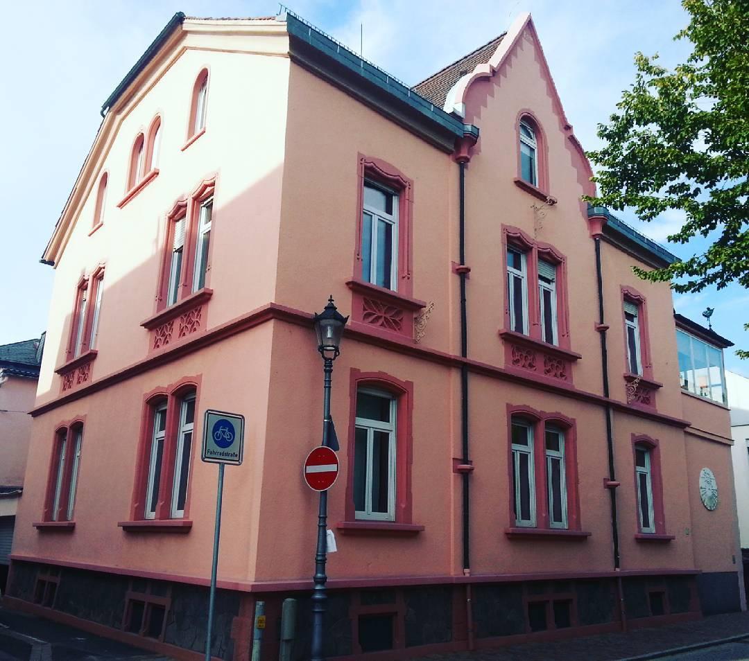 Dieses beeindruckende Haus befindet sich in der Bahnhofstraße am Rand der Altstadt. Es sticht sowohl durch Farbe, als auch durch Bauart hervor. Ein schönes Stück Architektur, das zeigt, dass Seligenstadt nicht nur Fachwerk kann