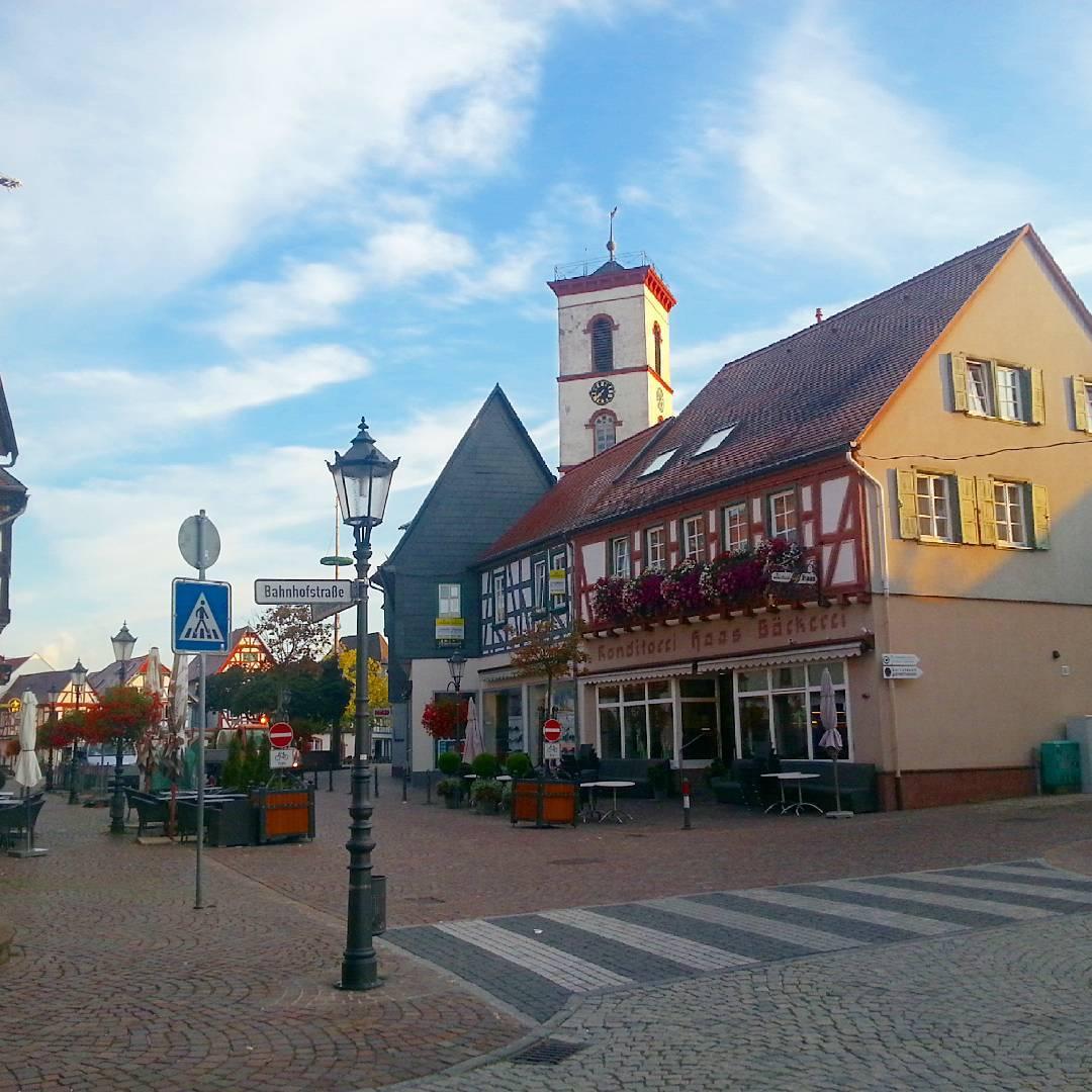 An der Kreuzung der Aschaffenburger und der Bahnhofstraße wurde dieses Foto aufgenommen. Blickrichtung Marktplatz: immer wieder schön
