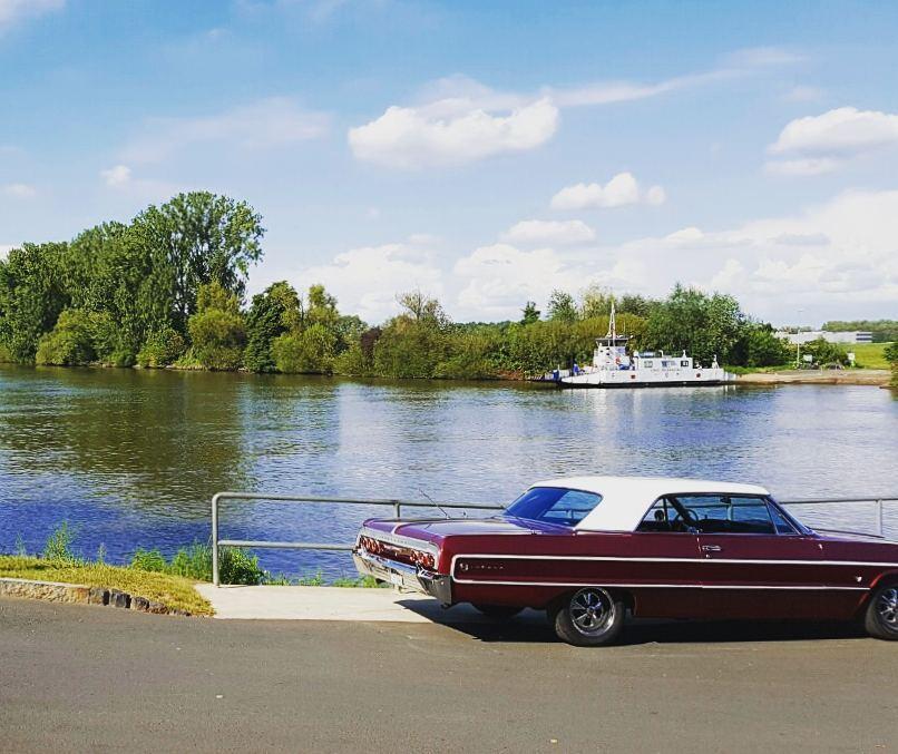 Dieses schöne Foto eines Chevrolet Impala am Mainufer verdanken wir @lycktligtvis