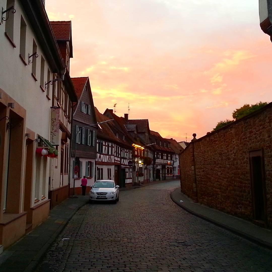 Traumhafter Sonnenuntergang über der Aschaffenburger Straße