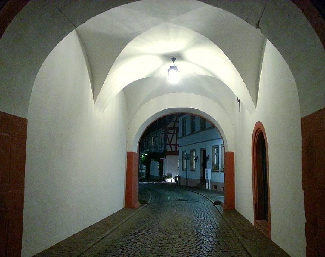 Das Steinheimer Tor bei Nacht. Hier betraten früher Reisende aus Richtung Hanau die Stadt. Es ist als einziges Stadttor in diesem Umfang erhalten und sehr beeindruckend