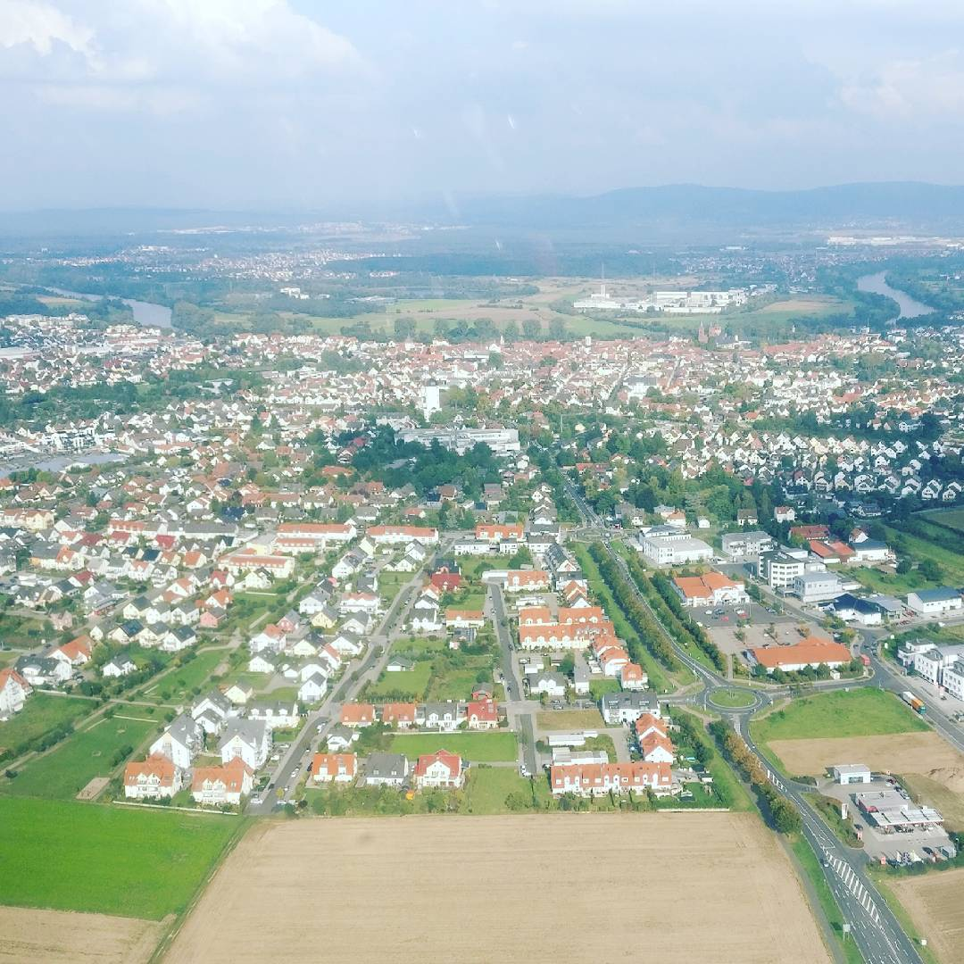 Seligenstadt aus dem Flugzeug fotografiert, in der Mitte des Bildes sieht man das Krankenhaus und den Wasserturm, am hinteren Rand die Altstadt und den Main. So schön ist unsere Stadt!  Danke für das Foto @yasingermanyofficial