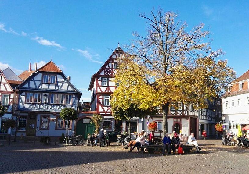 Noch ein Herbstbild… Dieses mal ist es die Linde auf dem Marktplatz, die so langsam ihr Laub verliert. An so einem sonnigen Tag wie heute, treffen sich hier sowohl Einheimische als auch Touristen