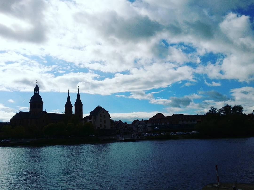 Der Blick auf Seligenstadt von der bayrischen Mainseite. Am Nachmittag hat man hier nur die Möglichkeit, das Bild im Gegenlicht zu fotografieren – trotzdem schön