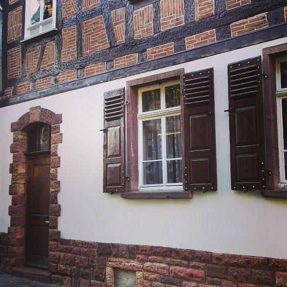 Auch diese schöne Verbindung aus Fachwerk und Steinhaus befindet sich in der Seligenstädter Altstadt in unmittelbarer Nähe zum Marktplatz