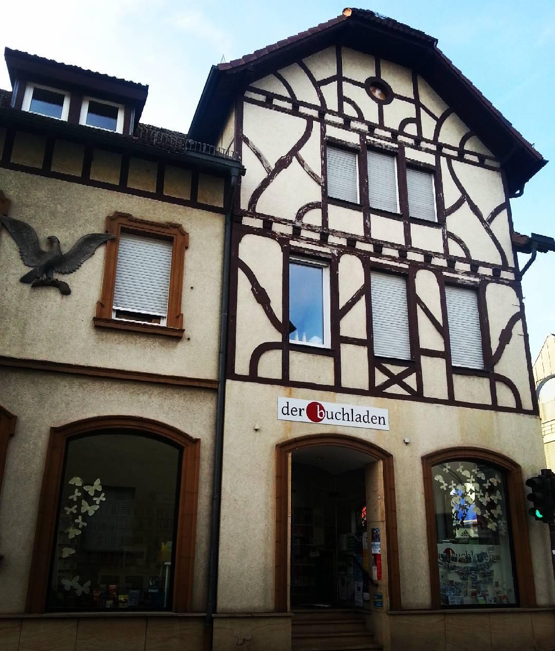 In Seligenstadt liegen Altstadt und Alltag so nah zusammen… @der_buchladen ist nur eins von vielen Geschäften, die sich in einem Haus mit Fachwerk befinden