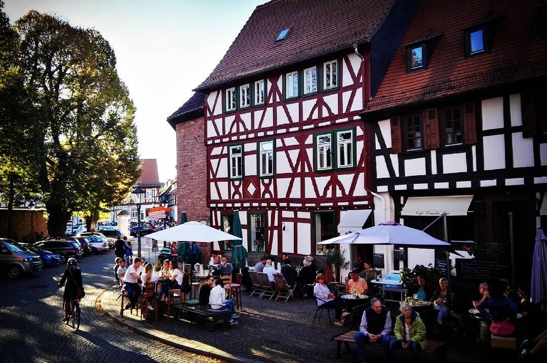 Bei diesem Wetter treibt es nicht nur mich nach draußen. Wie schön, dass wir in Seligenstadt so viele Cafés haben, bei denen man draußen sitzen und die schönen Herbsttage genießen kann  @weincafeselig