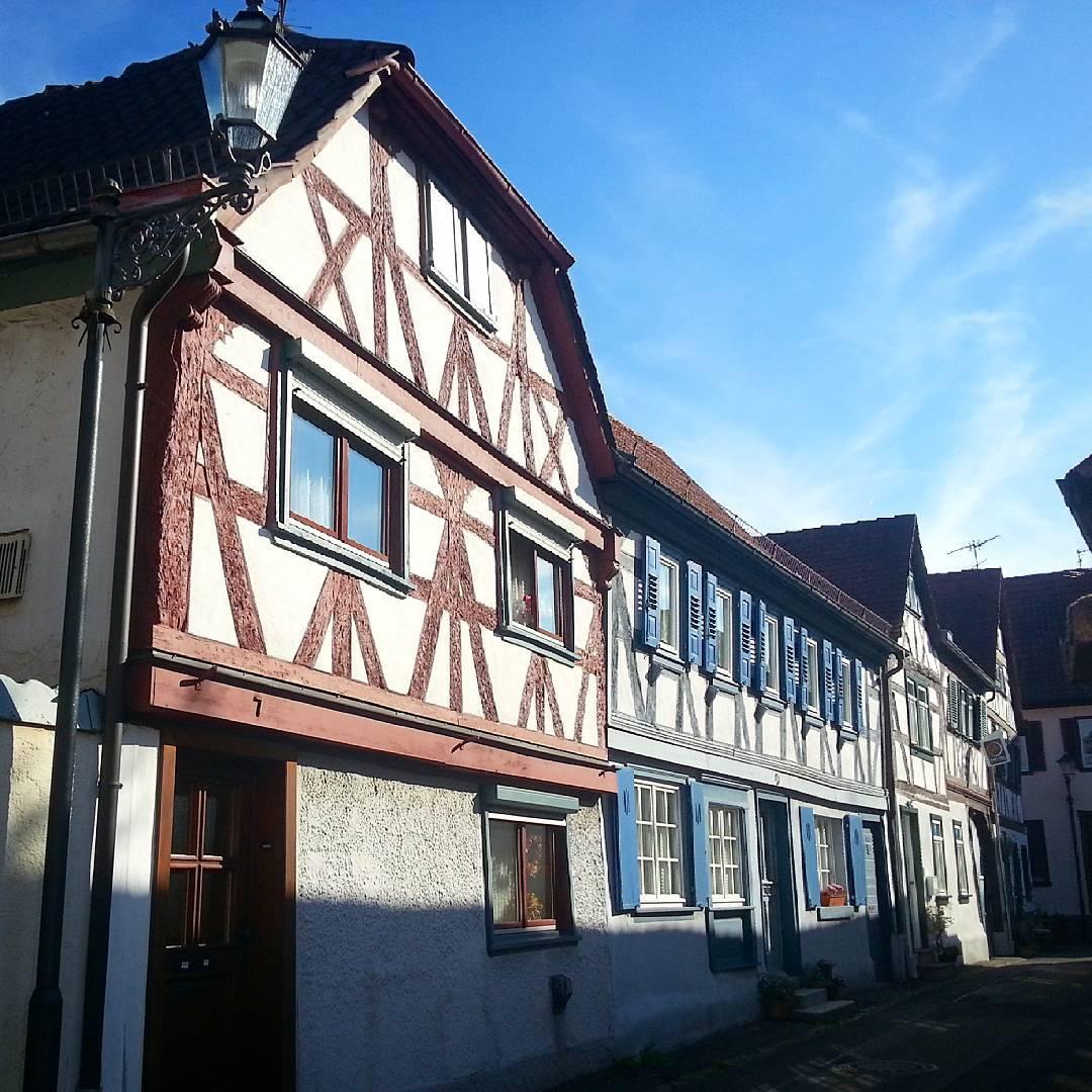 Verschiedenfarbige Fachwerkhäuser in der Altstadt