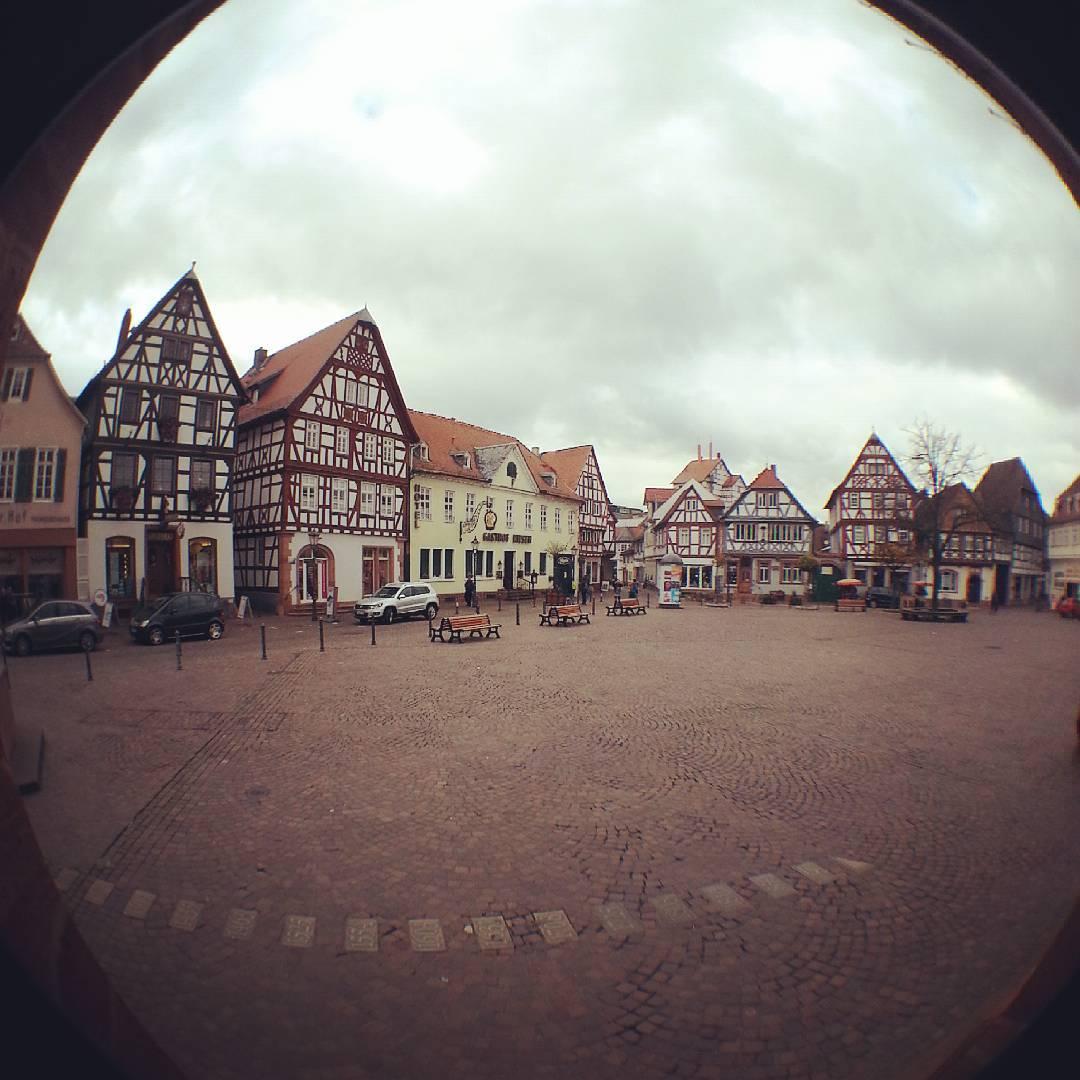 Heute habe ich mal ein Fisheye-Objektiv auf mein Handy geklipst und dieses Foto von unserem Marktplatz gemacht