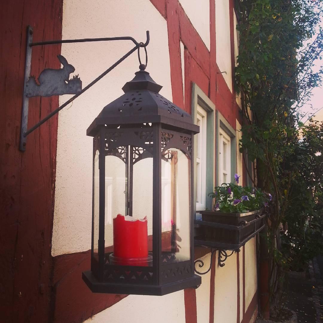 Ein Windlicht an einem Fachwerkhaus in der Seligenstädter Altstadt. Manchmal sind es die Details, die den Zauber Seligenstadts ausmachen