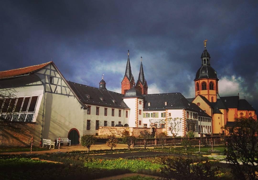 Beeindruckende Wolken und die Basilika im Sonnenlicht