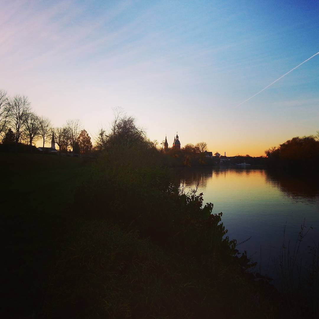 Sonnenuntergang am Mainufer heute Nachmittag gegen 16:15 Uhr. Es wird schon so früh dunkel