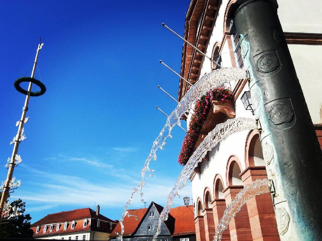 Der Brunnen vor dem Rathaus in Seligenstadt