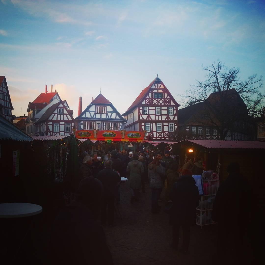 Der Weihnachtsmarkt zieht an so einem schönen Tag wie heute immer viele Besucher an. Auf dem Marktplatz und an den Wochenenden auch am Freihofplatz und in der Bahnhofstraße kann man Glühwein trinken, Weihnachtsgeschenke kaufen oder einfach nur die Zeit genießen