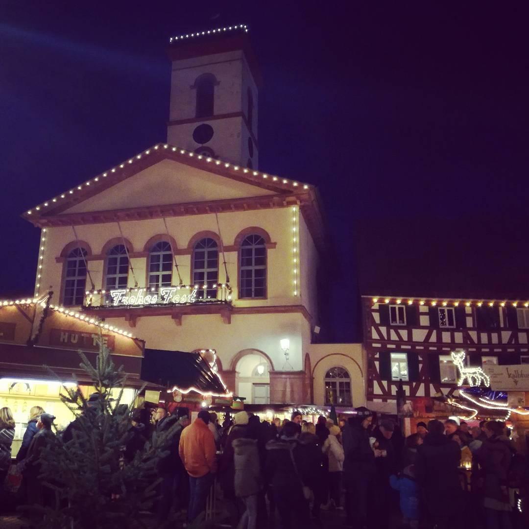 Das Rathaus und der Adventsmarkt in weihnachtlicher Beleuchtung