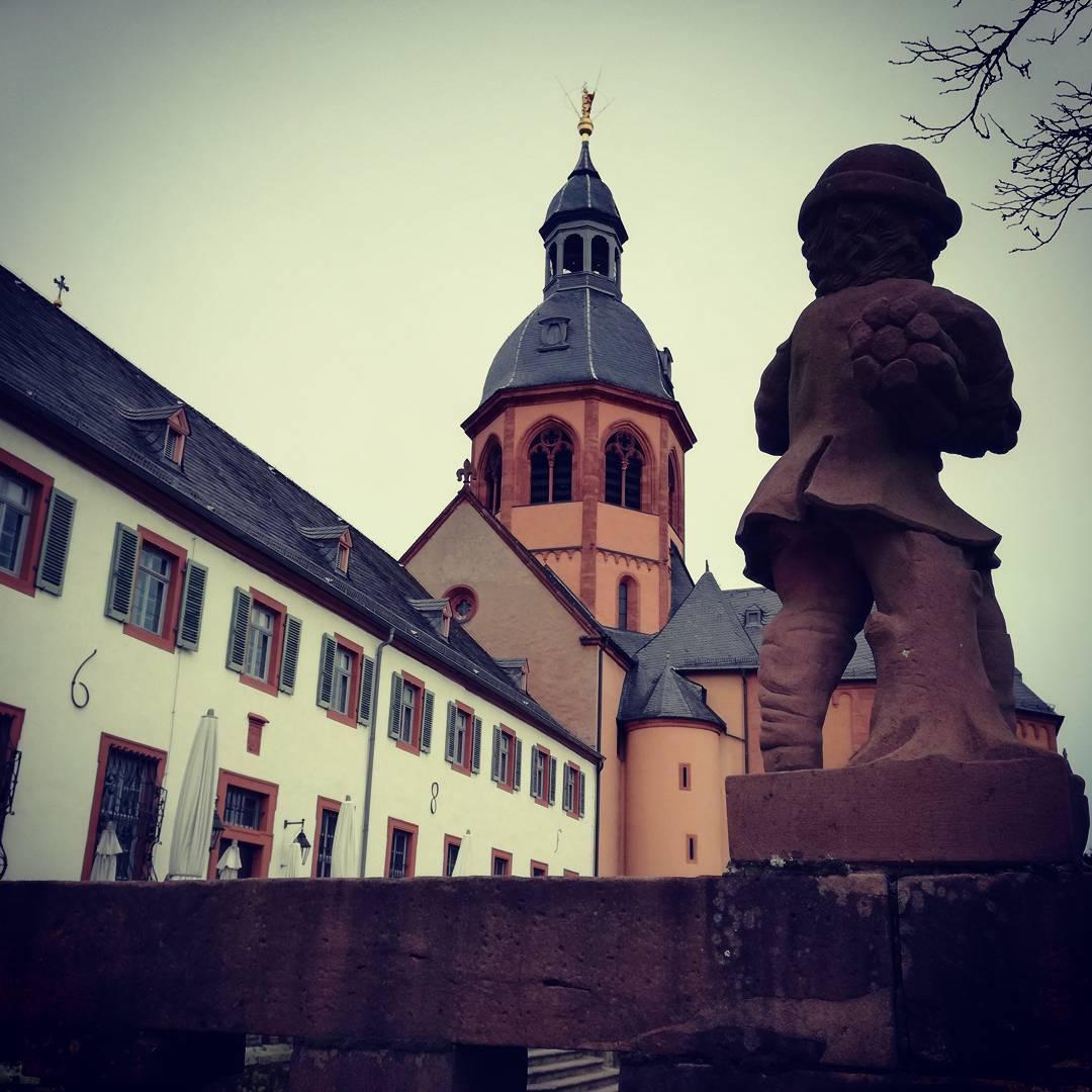 Eine Putte aus dem Klostergarten vor der Basilika