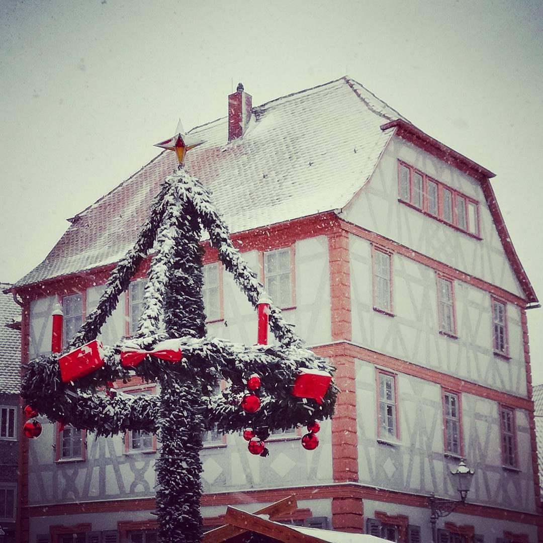 Wir wünschen euch allen frohe Weihnachtstage!  Aber heute ist nicht nur Heiligabend, sondern es ist auch der vierte Advent. Deshalb hier ein Foto des Adventskranzes auf dem Freihofplatz an einem Tag mit Schnee