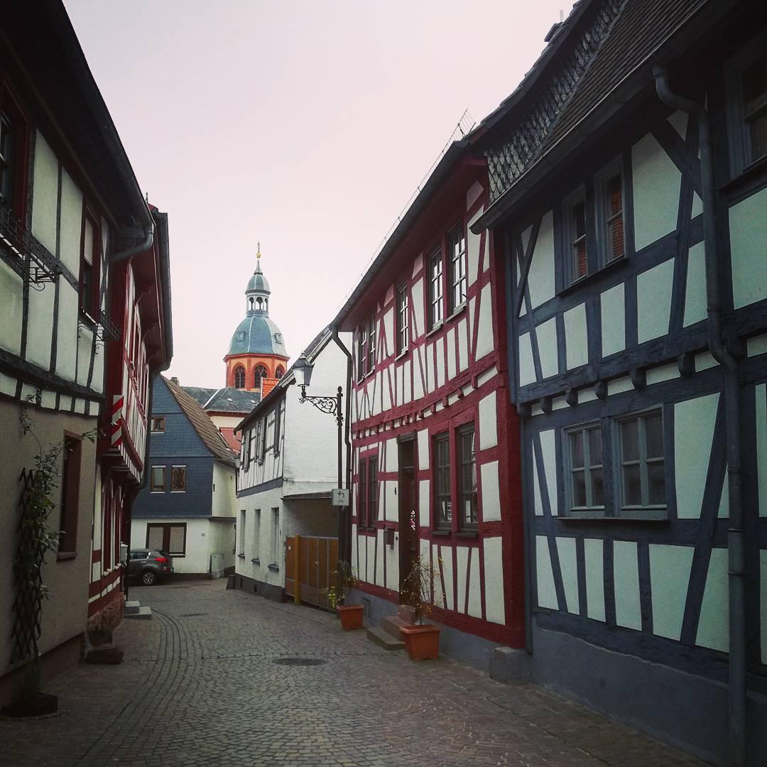 Eine typische Straße in der Seligenstädter Altstadt