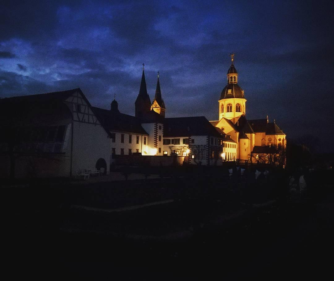 Ich liebe das Zusammenspiel der Farben, wenn die Basilika in den Abendstunden angeleuchtet wird