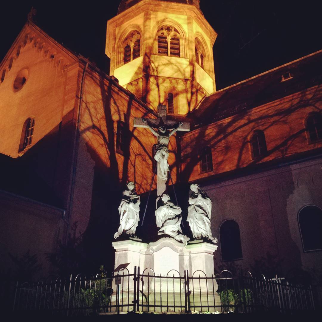 Alle guten Dinge sind drei: ein weiteres Bild der Basilika bei Nacht, hier fotografiert am Schulhof der ehemaligen Hans-Memling-Schule
