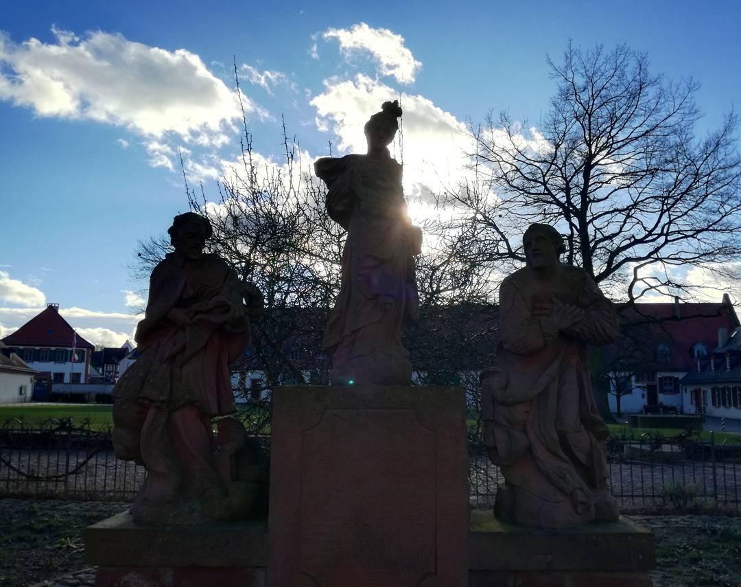 """Gegenlicht am Engelsgärtchen, das 1995 rekonstruiert wurde, im Klostergarten mit der Statue """"Maria Immaculata"""" aus dem Jahr 1734. @schloesserundgaertenhessen"""
