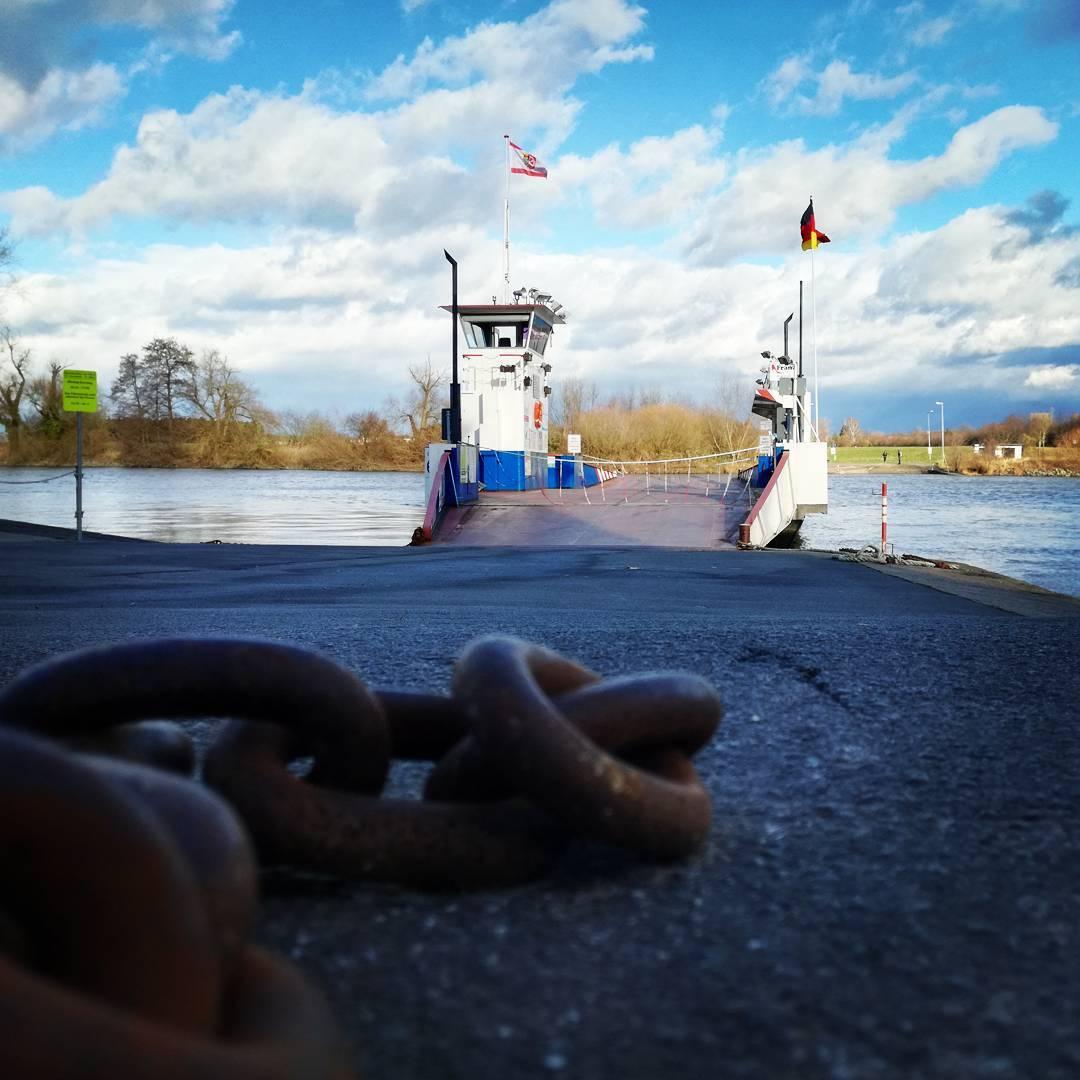 """Die Mainfähre """"Stadt Seligenstadt"""" ist eine der letzten verbleibenden Fähren in der Region und für viele Besucher aus Bayern der Eingang zur Stadt"""