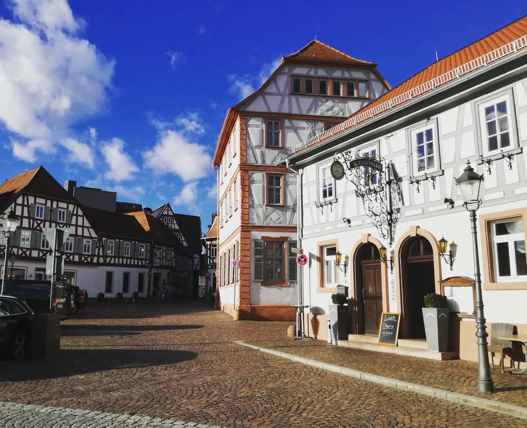 Der Freihofplatz mit Musikschule und Restaurants, ein schönes Stück Seligenstädter Altstadt